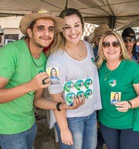 Camila faz adesivaço, visita feira e participa de Cavalgada durante final de semana