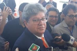 João Azevêdo durante entrevista à imprensa no Centro de Convenções
