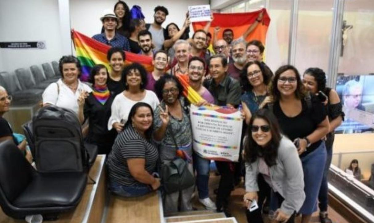 Deputados rejeitam projeto que derruba obrigatoriedade de cartazes contra discriminação sexual em estabelecimentos comerciais