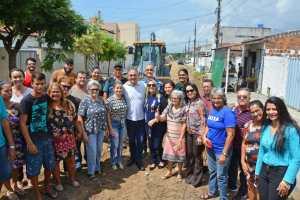 Cartaxo acompanha obras do Mais Pavimentação em Mangabeira e dialoga com a população sobre investimentos