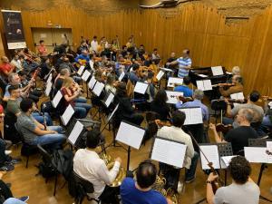 Após ensaio com maestro João Carlos Martins, crianças do projeto Ação Social pela música da PMJP se preparam para concerto no Teatro Municipal de São Paulo