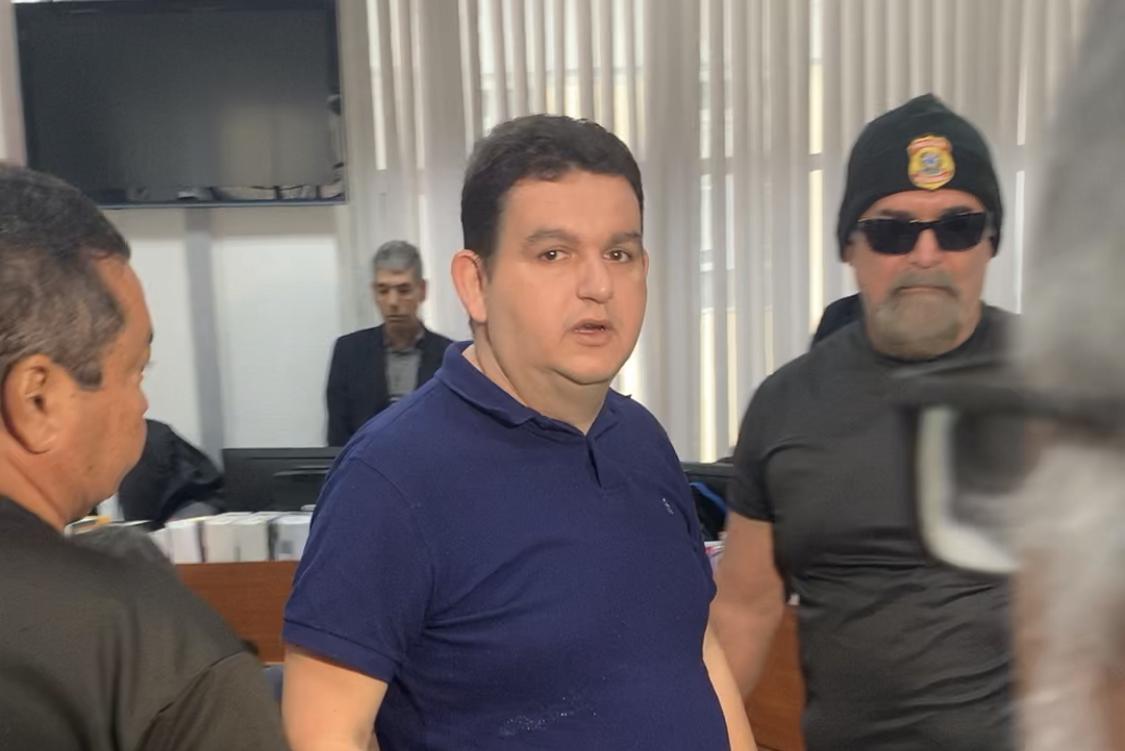 Momento em que Fabiano Gomes sai da audiência de custódia para o presídio do Róger