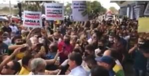 VÍDEO: Bolsonaro desembarca em CG e é recepcionado por multidão no aeroporto