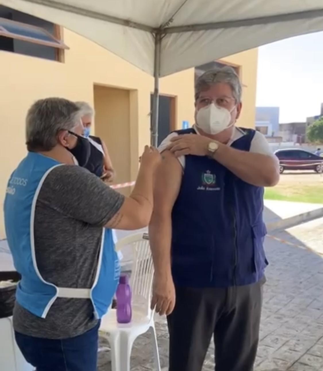 VÍDEO: João Azevêdo é o primeiro governador a ser vacinado contra Covid-19