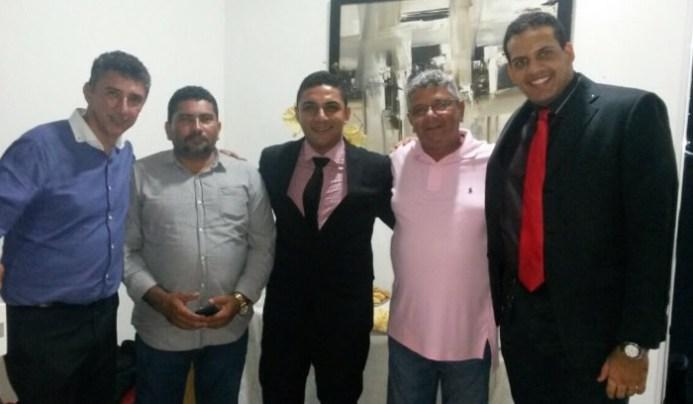 O advogado Zé Carlos Durans ao lado do filho e amigos