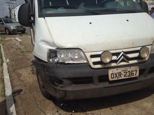 Viatura sofreu danos (Foto: Clarissa Carramilo/ G1 Maranhão)