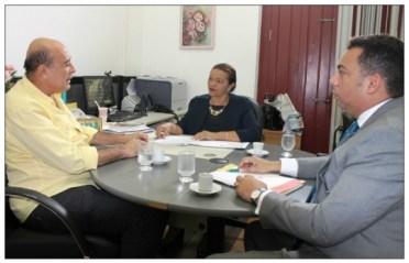 Juíza Oriana Gomes, ao centro, coordenando reunião sobre Termo de Cooperação e o advogado Ronaldo Ribeiro