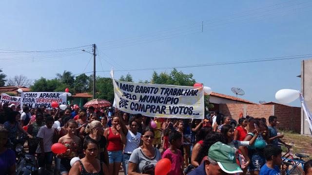 Com faixas e cartazes, manifestantes disseram que não aguentam mais a corrupção praticada pelo prefeito Iomar Salvador.