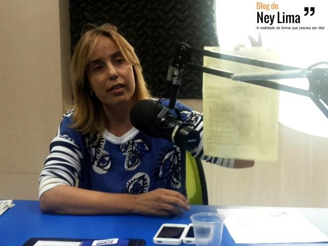 Secretária Alessandra Vieira mostra o papel que recebeu da equipe de fiscalização do CREF. Fotos: Thonny Hill