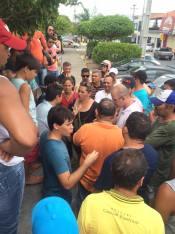 manifestantes conversam com asessores da Prefeitura