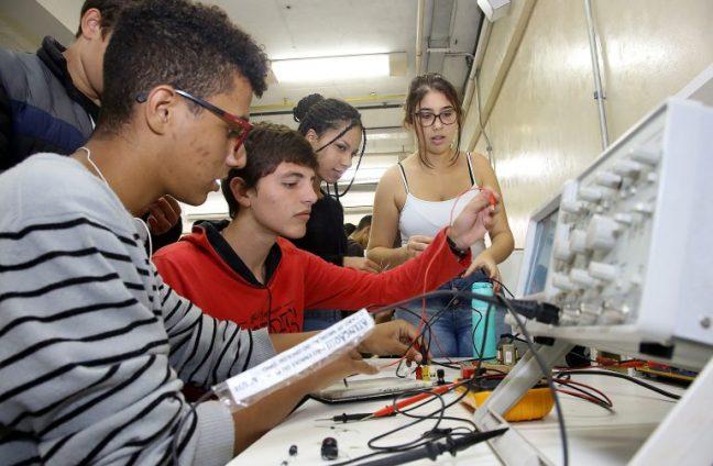 alunos participam de aula do ensino técnico