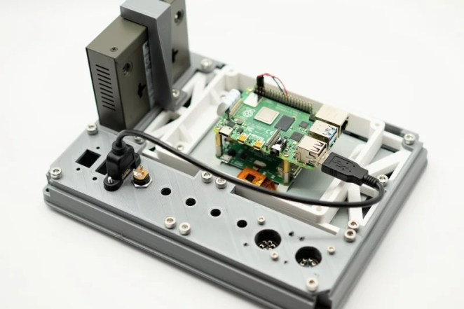 The Raspberry Pi Recovery Kit laptop is based around a Raspberry Pi 4 and has a Netgear network switch mounted on the rear of its 7in touschscreen