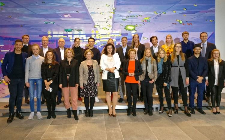 """Dorothee Bär, Staatsministerin für Digitales, beim """"Runden Tisch Influencer Marketing"""" im Bundeskanzleramt"""