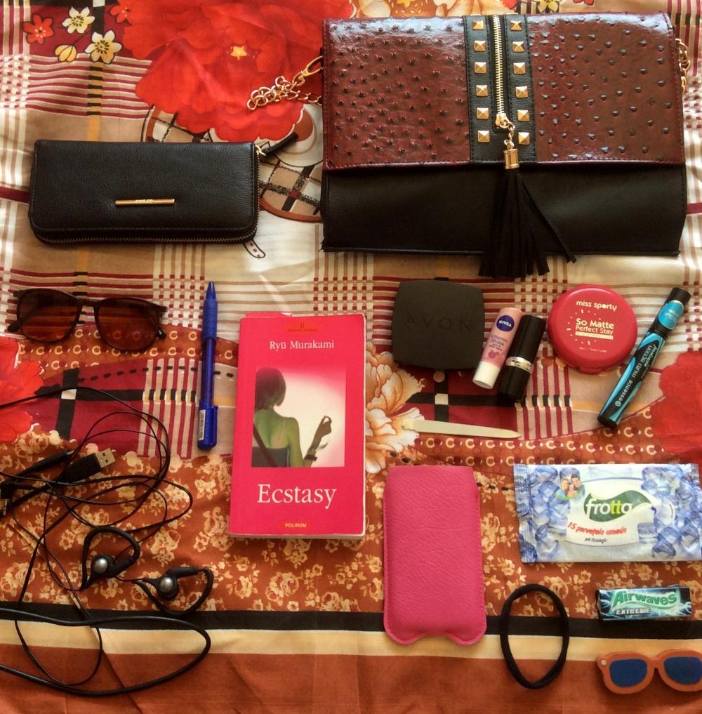 what's in my bag essentials - Bloggerissa (1)