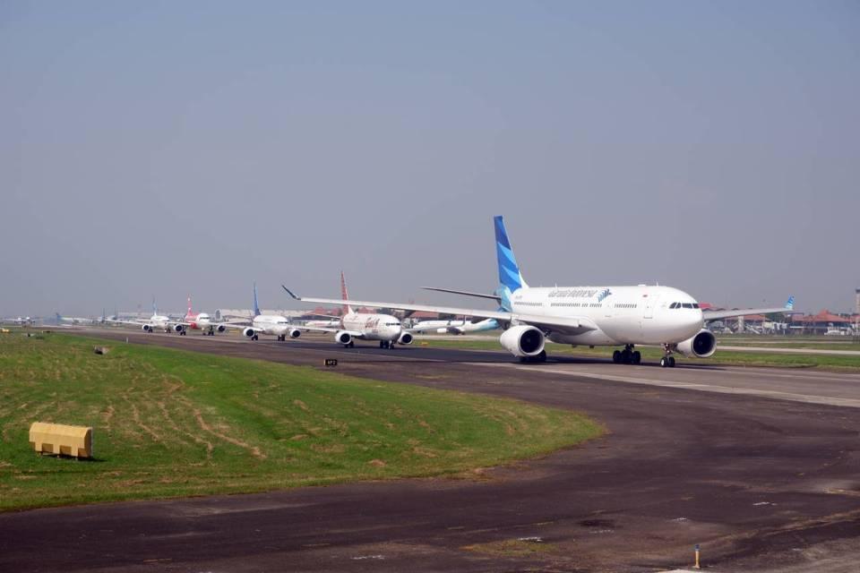 Papan informasi larangan taksi online menaikkan penumpang di Bandara Adi Soemarmo Solo.