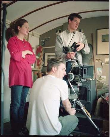 Primera Imagen de Bonnie Wright como Directora de 'Separate We Come, Separate We Go'
