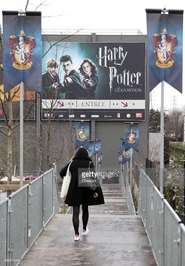 James y Oliver Phelps Asisten a la Inauguración de Harry Potter: La Exhibición en París
