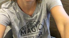 Emma Watson y Bonnie Wright lucen hermosas con sus camisas de Lumos