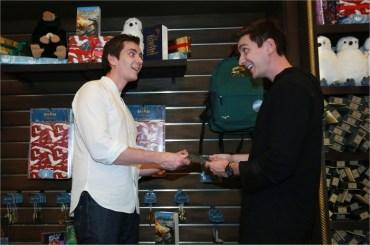 James y Oliver Phelps asisten a la Exhibición de Navidad de Harry Potter en Tailandia