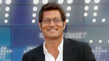 Enrico Papi, addio Tv8 e ritorno a Mediaset: il commento di Maurizio Costanzo