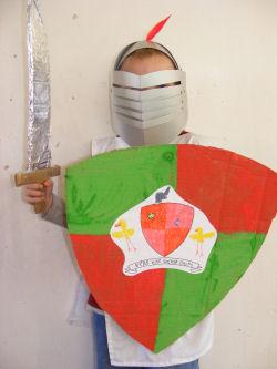 Costumi carnevale fai da te scudo e spada  Blogmammait