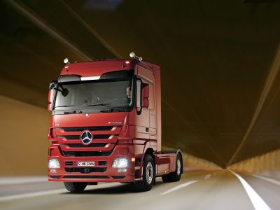 actros-benz-bluetec-mercedes-powershift-safety-trucks-01.jpg