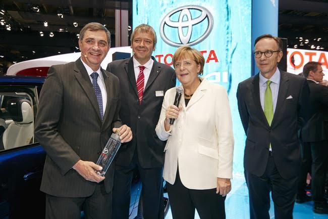 Salone di Francoforte ad Angela Merkel piace la Toyota Mirai