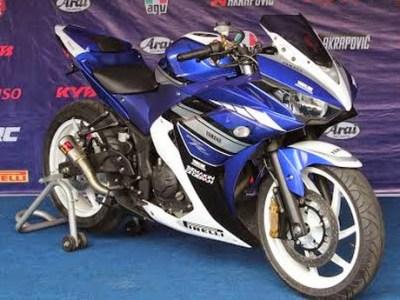 Yamaha R25 Spesial Edition nampak dari depan