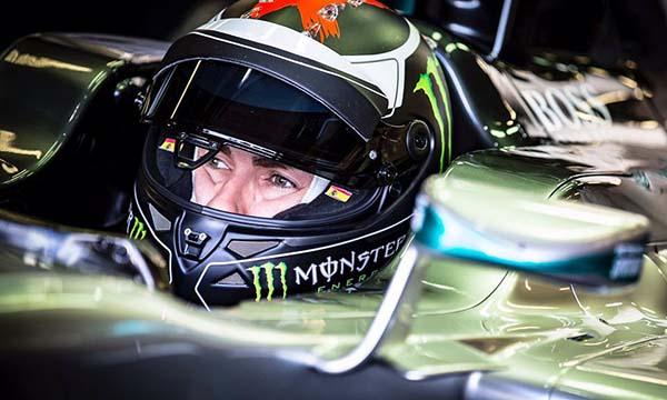 Jorge Lorenzo diatas mobil Lewis Hamilton