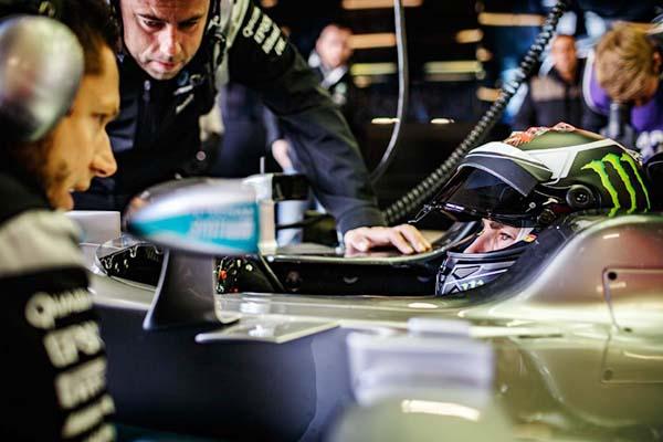 Lorenzo mencoba mobil Formula 1