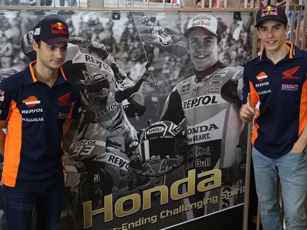Marquez dan Dani foto di depan poster
