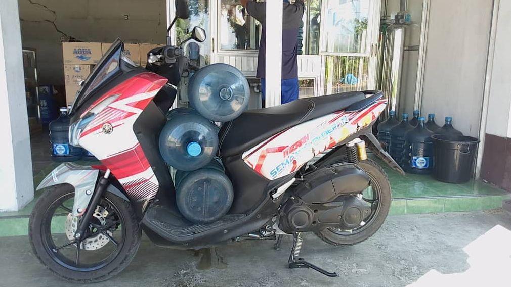 Yamaha Lexi bawa 3 galon sekaligus