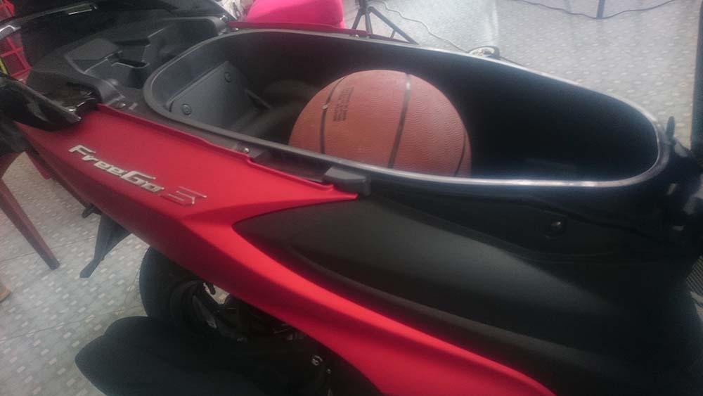 Kelebihan Yamaha FreeGo, Bagasi bisa muat helm dan bola basket