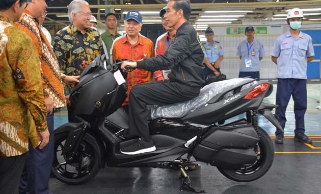 Jokowi menaiki Yamaha XMax di pabrik YIMM