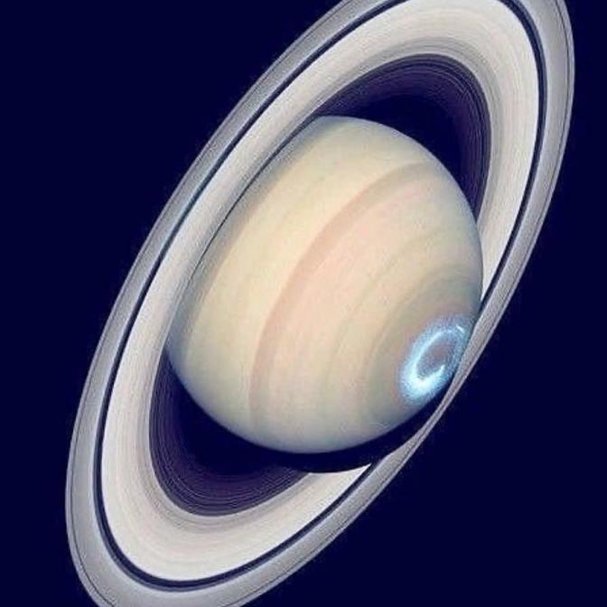 Questa immagine ha l'attributo alt vuoto; il nome del file è Saturno_aurora.jpg