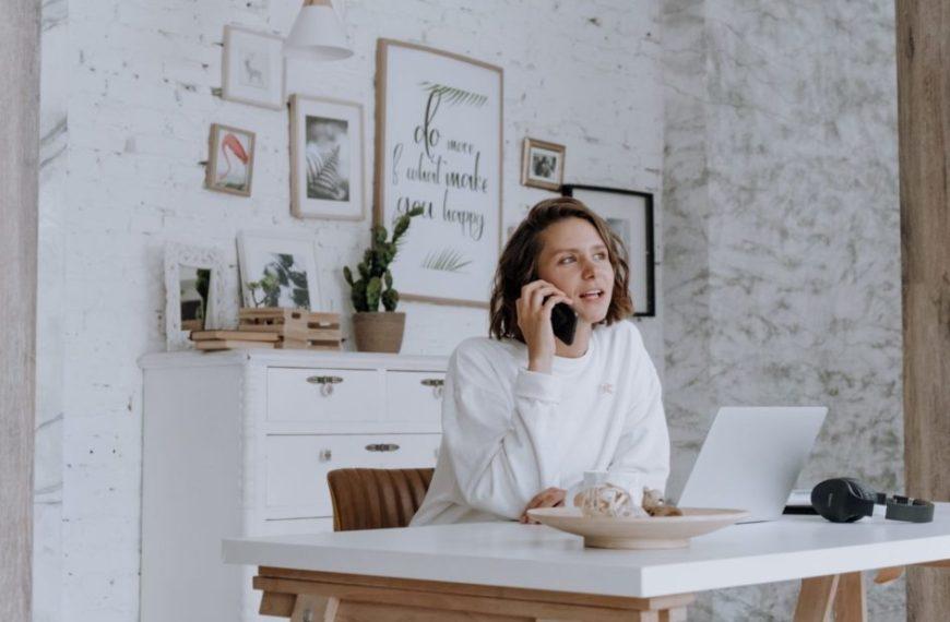 femme qui appelle un serveur vocal interactif IVR