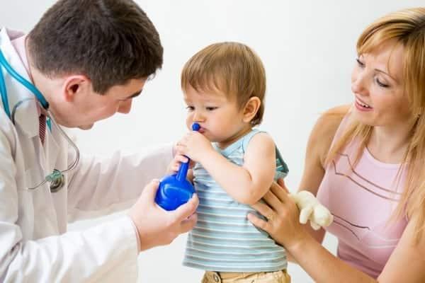Rimedi Naturali per la Sinusite: Medico Che Mostra Come Effettuare una Irrigazione Nasale