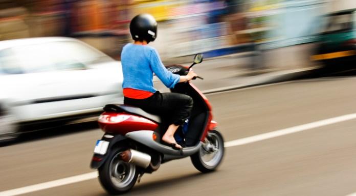 vrouw op een scooter
