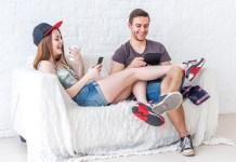 jonge mensen online aan het gamen