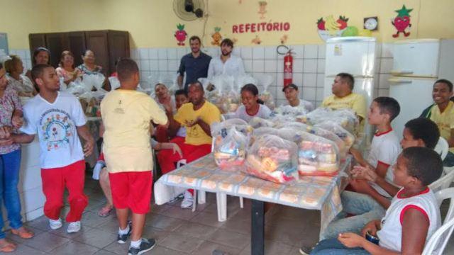 Vereador Pedro Lucas e alunos durante a doação das cestas básicas