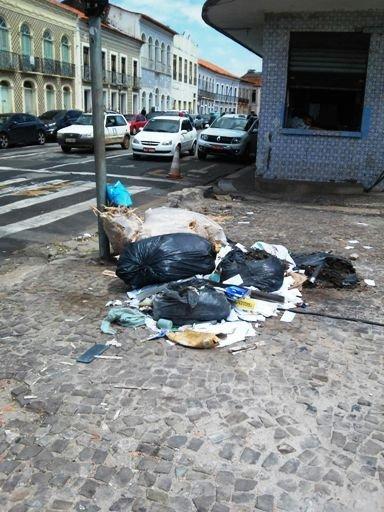 Acúmulo de lixo próximo ao abrigo da Praça João Lisboa motivou solicitação de Wellington