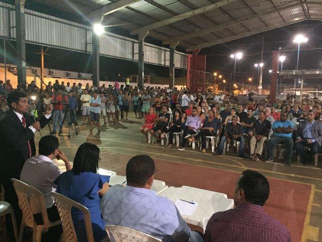 Centenas de populares compareceram à Praça da Juventude, no Parque Vitória, para reivindicar melhorias para seus bairros