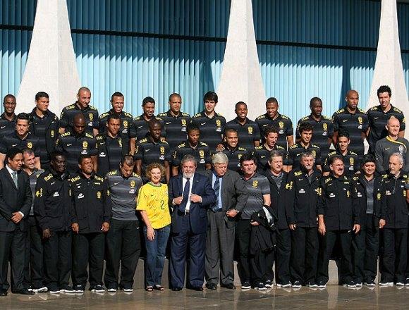 Seleção Brasileira com o presidente Lula (Foto: Joedson Alves/GLOBOESPORTE.COM)