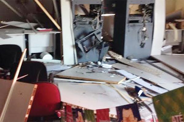 Agência do Bradesco de Monção ficou totalmente destrída após a explosão na madrugada de domingo (31)