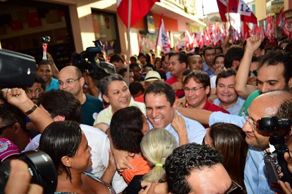 Uma multidão acompanhou o prefeito Edivaldo Júnior durante caminhada na Rua Grande