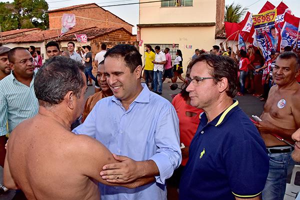 Edivaldo é recebido com carinho por moradores do Coriadinho durante caminhada