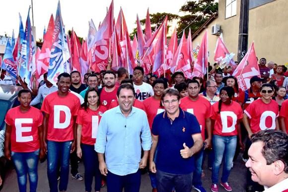 Prefeito Edivaldo Júnior e o candidato a vice Júlio Pinheiro fazem caminhada na Vila Riod