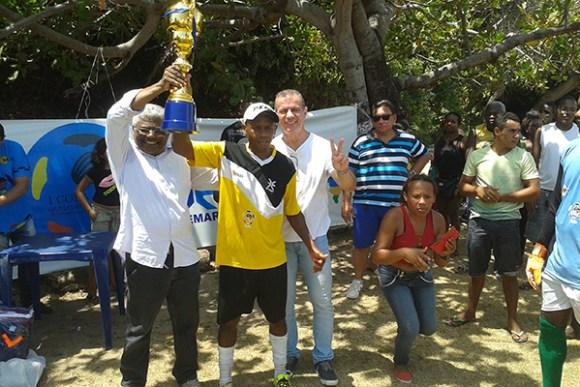 Sergio Frota entrega troféu na I copa Quilombola de Futebol Maranhense.