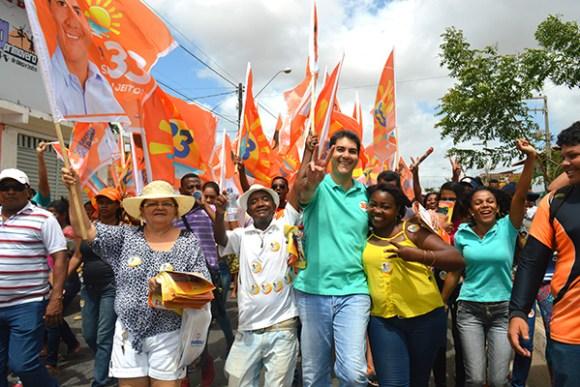 Eduardo Braide recebe apoio popular durante caminhada no Cohatrac