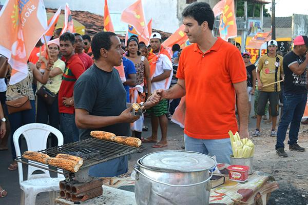 Candidato Eduardo Braide (PMN) recebe apoio durante caminhada na Vila Nova